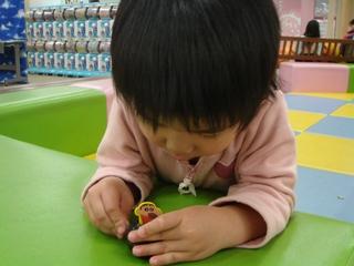 しんちゃんのおもちゃで遊ぶひかりさん